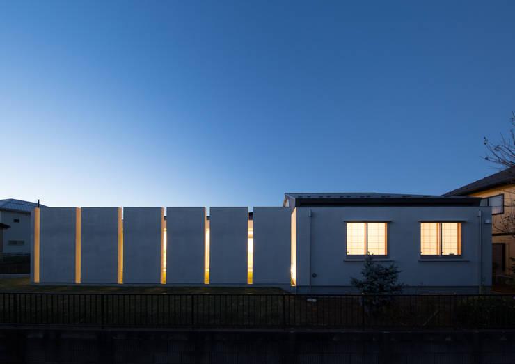 南側外観 夜景: アトリエ24一級建築士事務所が手掛けた家です。,
