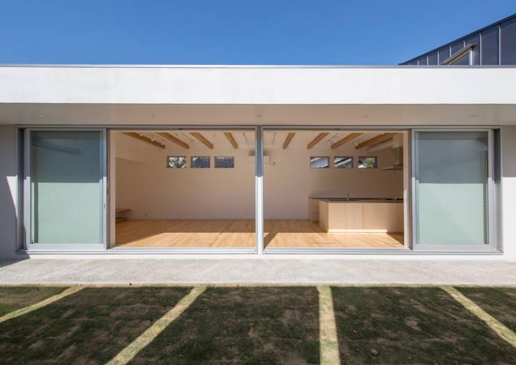 ライトコート: アトリエ24一級建築士事務所が手掛けた庭です。,