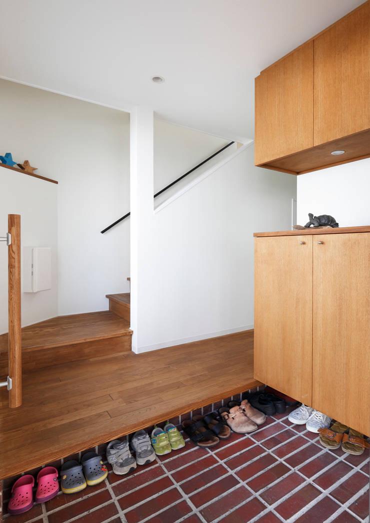 玄関: atelier mが手掛けた廊下 & 玄関です。
