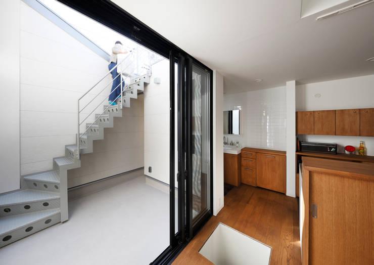 阿倍野の長屋〈renovation〉-5段の距離がいい-: atelier mが手掛けたベランダです。