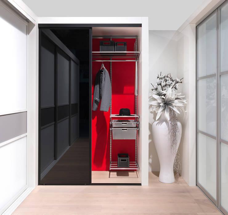 Vestíbulos, pasillos y escaleras de estilo  por Elfa Deutschland GmbH