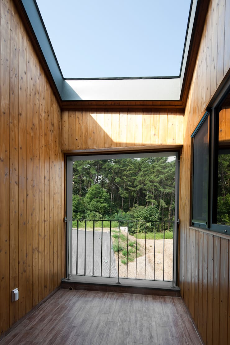 용인 보정동 사랑방을 둔 ㄱ자집: 리슈건축 의  베란다