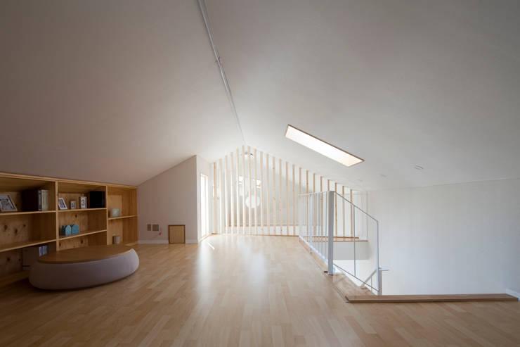 Salas multimedia de estilo  por 리슈건축
