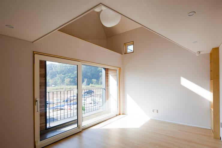 ห้องนั่งเล่น by 리슈건축