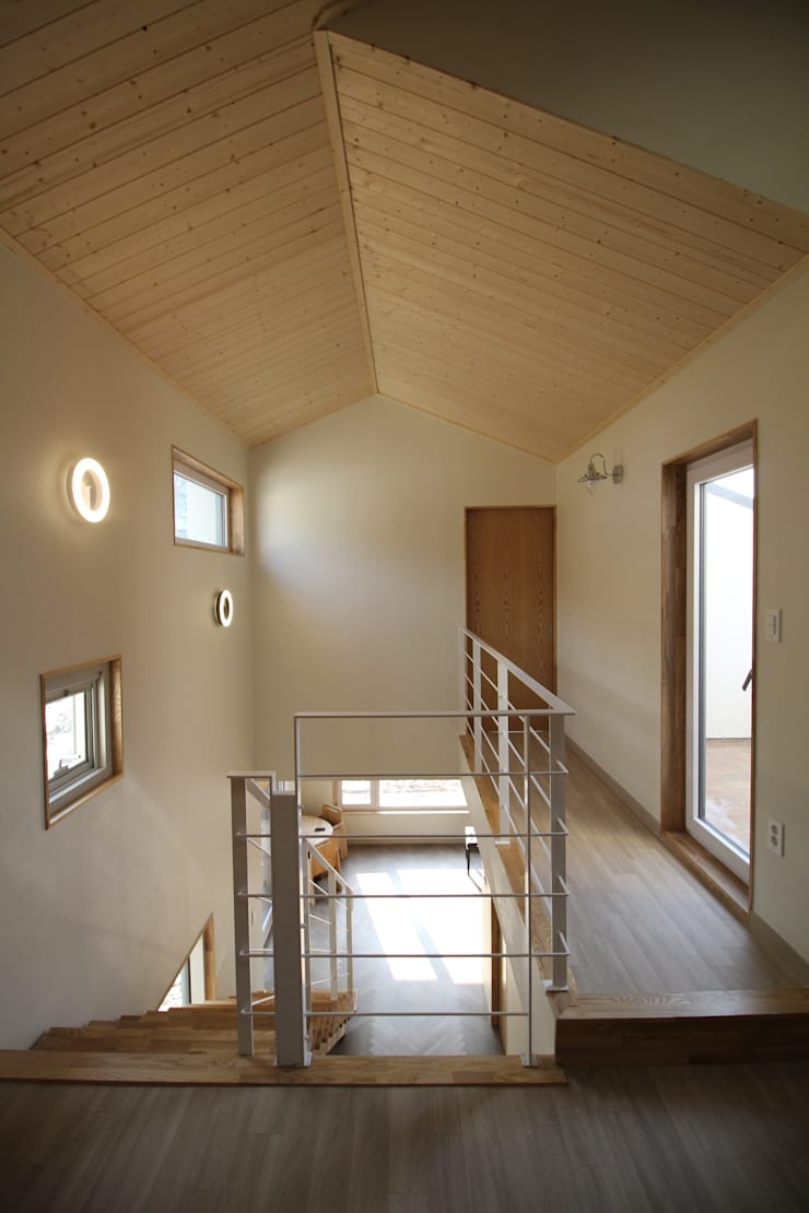 Z House: 봄 하우스플랜 의  복도 & 현관,