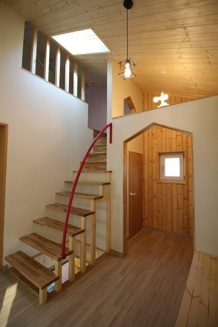 Z House: 봄 하우스플랜 의  복도 & 현관