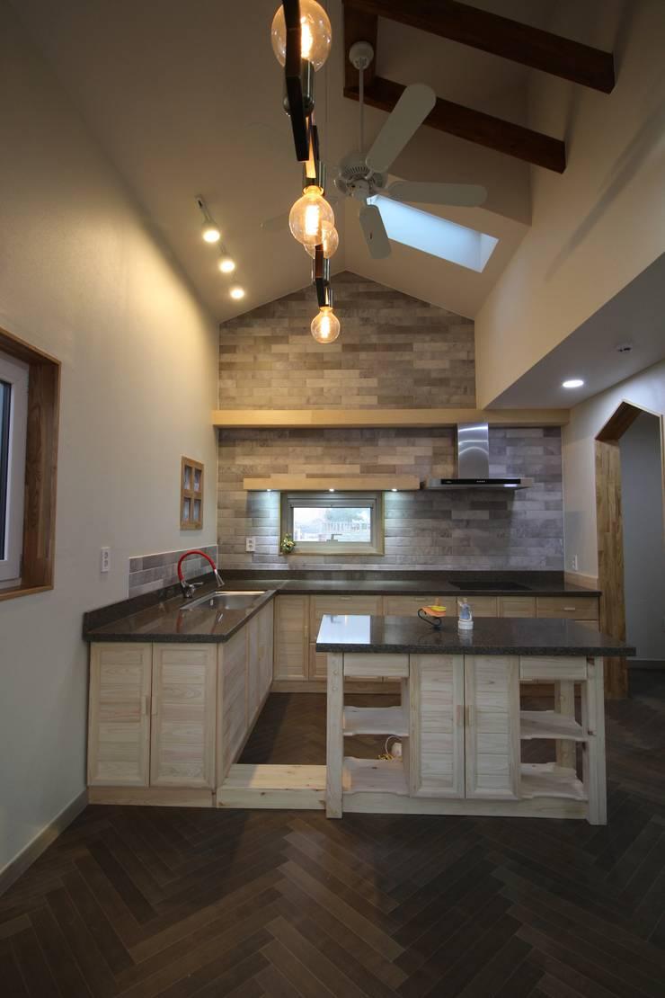 Z House: 봄 하우스플랜 의  주방