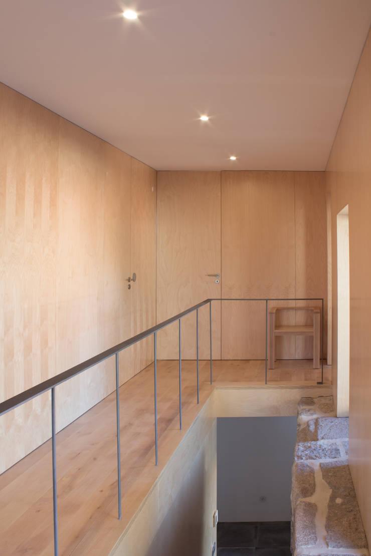 Corredor e escada:   por Pedro Miguel Santos, arquitecto
