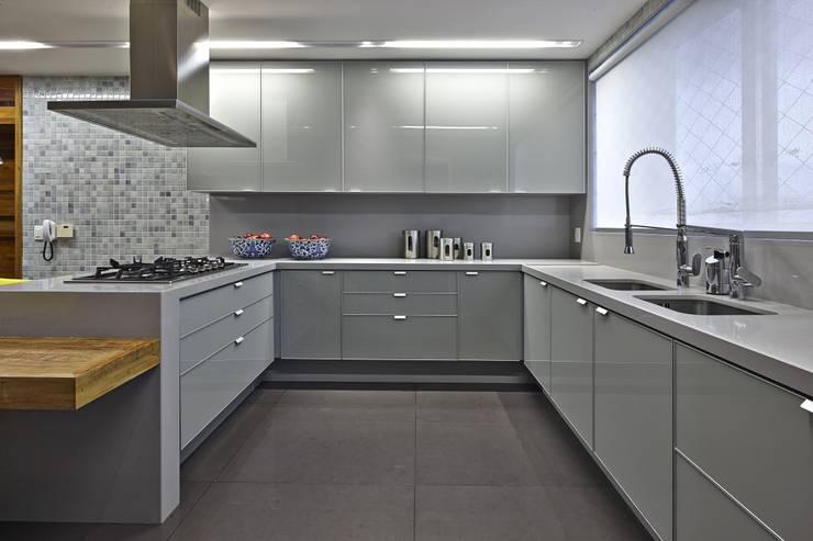 LA26: Casas modernas por David Guerra Arquitetura e Interiores