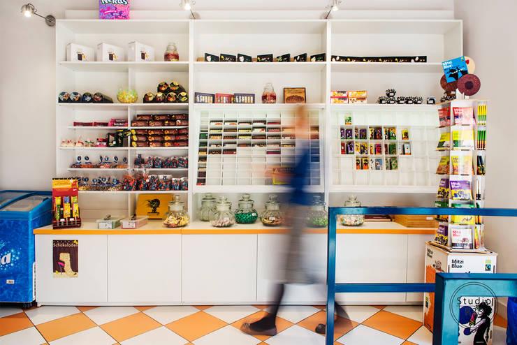 Sklep z czekoladą: styl , w kategorii Powierzchnie handlowe zaprojektowany przez Studio R35,Nowoczesny