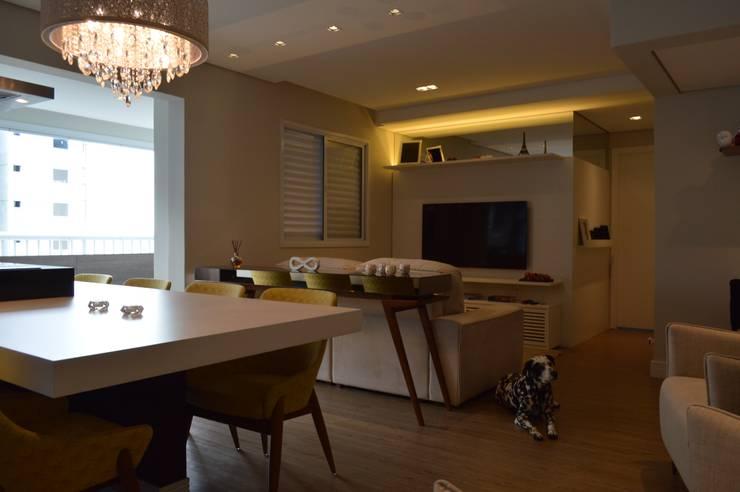 Living room by Fabiana Rosello Arquitetura e Interiores,