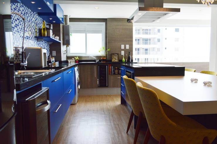 Kitchen by Fabiana Rosello Arquitetura e Interiores,