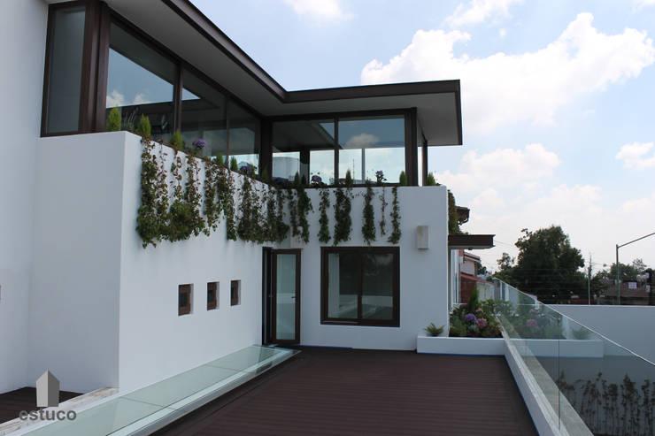 Cormoranes: Terrazas de estilo  por estuco construcciones y diseño