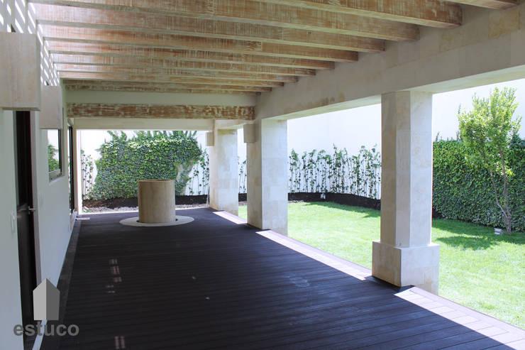 Cormoranes: Jardines de estilo  por estuco construcciones y diseño