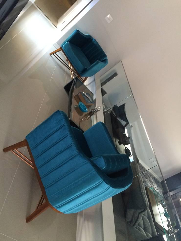 PROJETO DE INTERIORES – RESIDENCIAL LAGO SUL – BAURU / SP: Salas de estar  por Márcio Cortopassi Arquitetura
