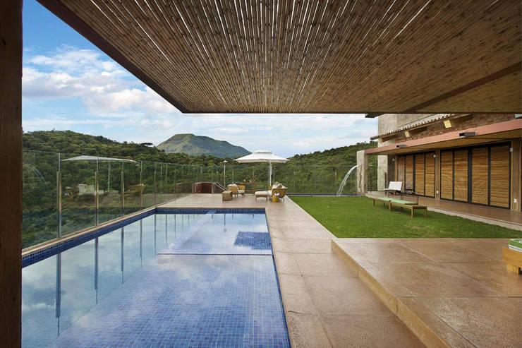 rustikale Häuser von David Guerra Arquitetura e Interiores