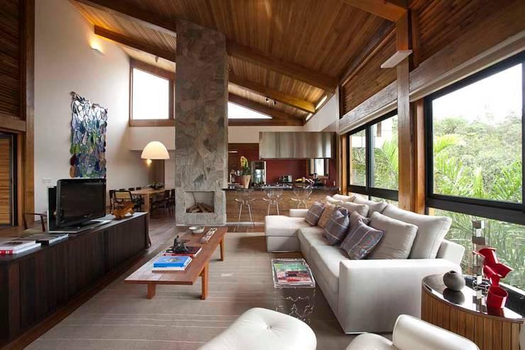 Casa da Montanha 14: Casas rústicas por David Guerra Arquitetura e Interiores