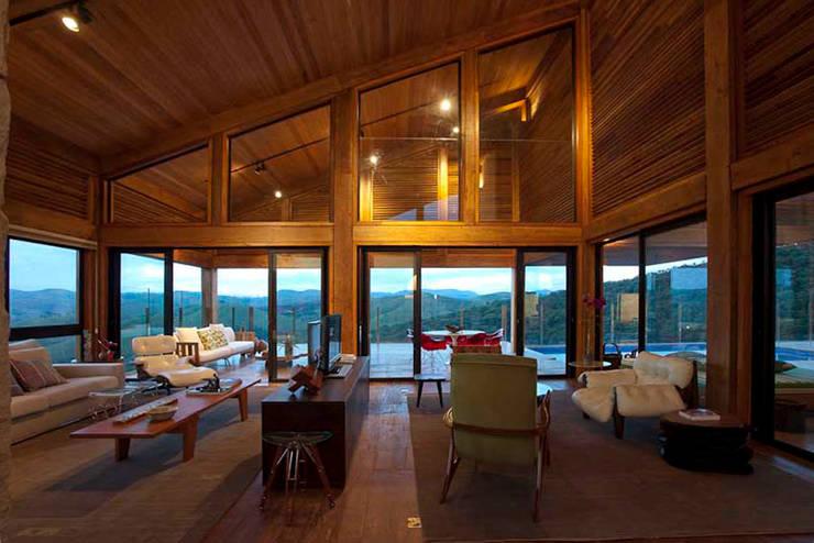 Casa da Montanha 49: Casas rústicas por David Guerra Arquitetura e Interiores