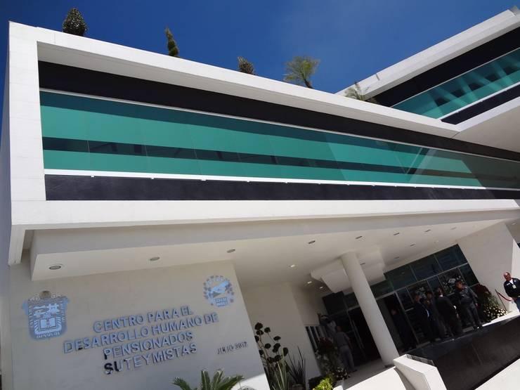 CENTRO DE JUBILADOS Y PENSIONADOS DEL SERVICIO PÚBLICO: Casas de estilo  por AR+D arquitectos
