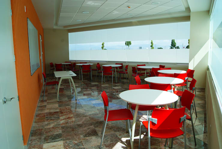 CENTRO DE JUBILADOS Y PENSIONADOS DEL SERVICIO PÚBLICO: Estudios y oficinas de estilo  por AR+D arquitectos