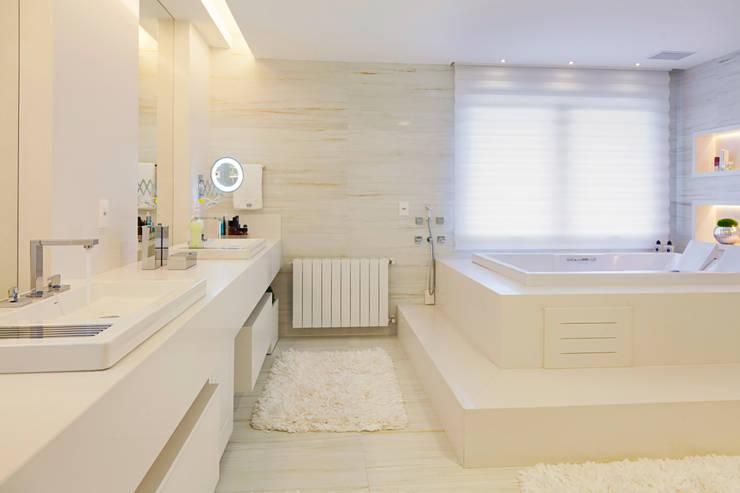 APARTAMENTO TERRAVILLE: Banheiros  por Joana & Manoela Arquitetura