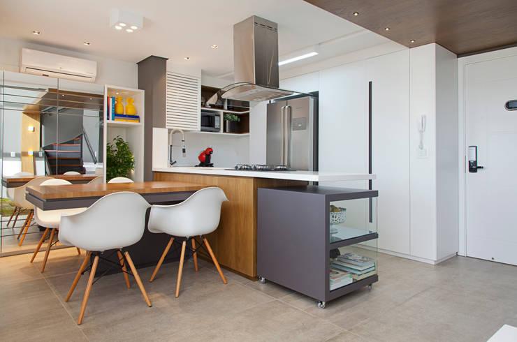 LOFT PORTO ALEGRE: Cozinhas  por Joana & Manoela Arquitetura