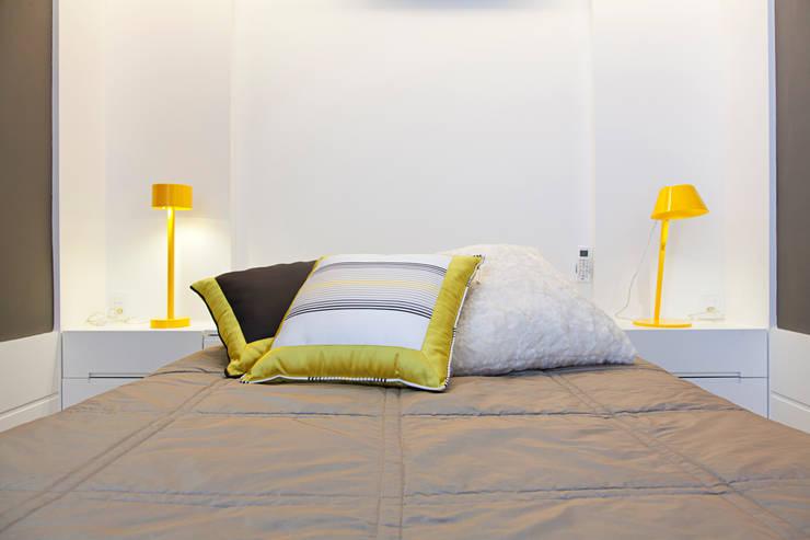 LOFT PORTO ALEGRE: Quartos  por Joana & Manoela Arquitetura