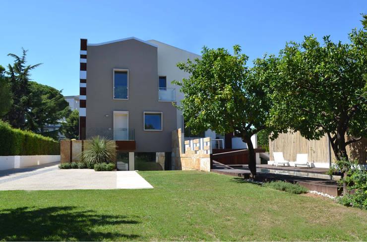 Villa padronale con parco e piscina - vista dal giardino : Case in stile  di studioIDEAM