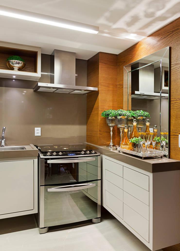 APARTAMENTO PORTO ALEGRE : Cozinhas  por Joana & Manoela Arquitetura