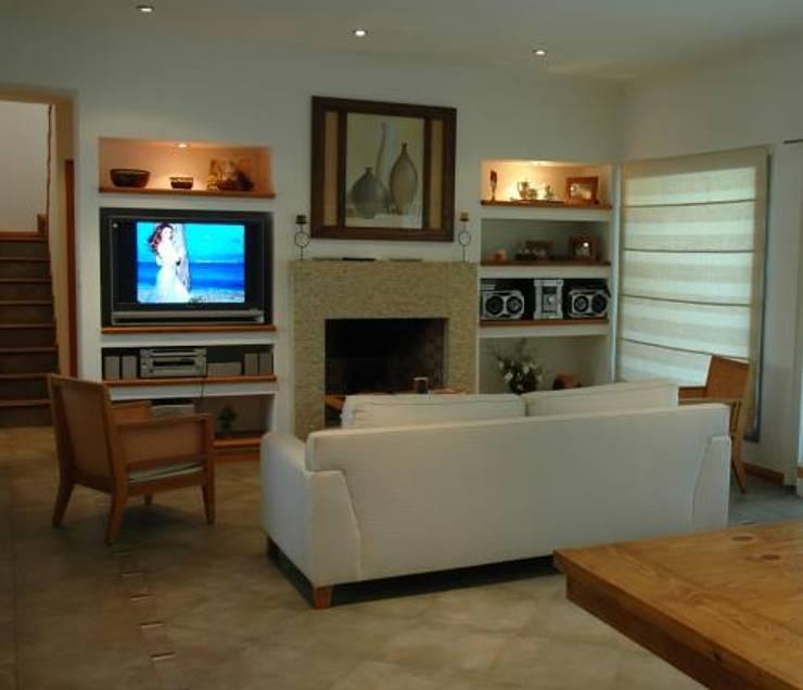 ARTACHO HOUSE: Livings de estilo  por Carbone Fernandez Arquitectos