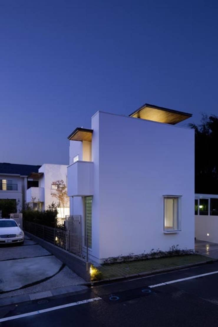 i邸: 菅原賢二 設計スタジオが手掛けた壁&床です。