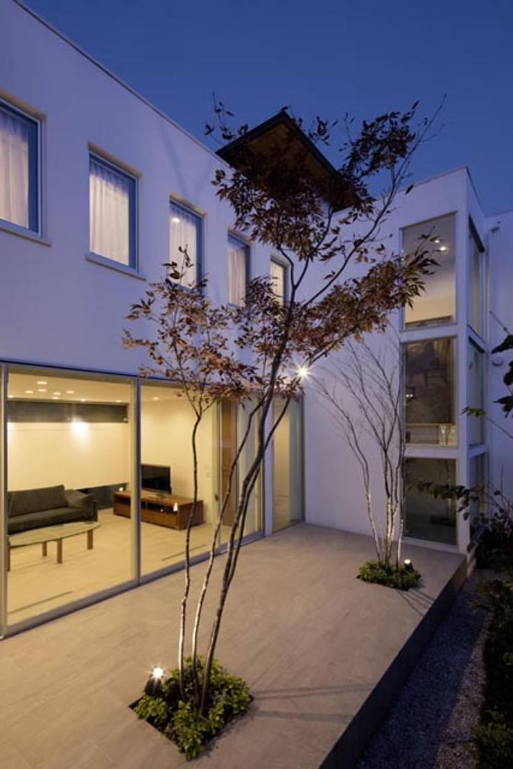 i邸: 菅原賢二 設計スタジオが手掛けた庭です。