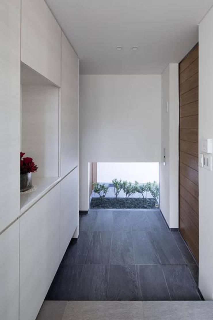 i邸: 菅原賢二 設計スタジオが手掛けた玄関&廊下&階段です。