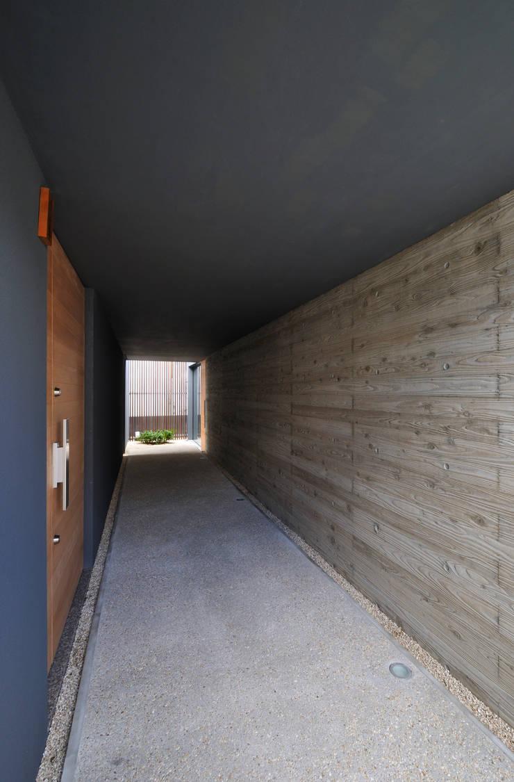 玄関アプローチ: 株式会社クレールアーキラボが手掛けた廊下 & 玄関です。,
