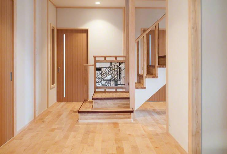 玄関正面階段手摺: マルグラスデザインスタジオが手掛けた玄関&廊下&階段です。