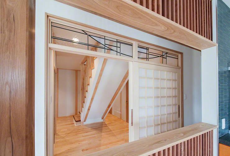 欄間 キッチン側より: マルグラスデザインスタジオが手掛けた窓&ドアです。