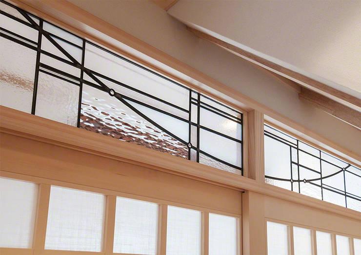 欄間クローズアップ: マルグラスデザインスタジオが手掛けた窓&ドアです。