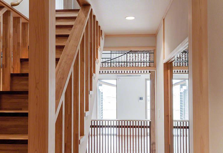 欄間 玄関廊下より: マルグラスデザインスタジオが手掛けた窓&ドアです。