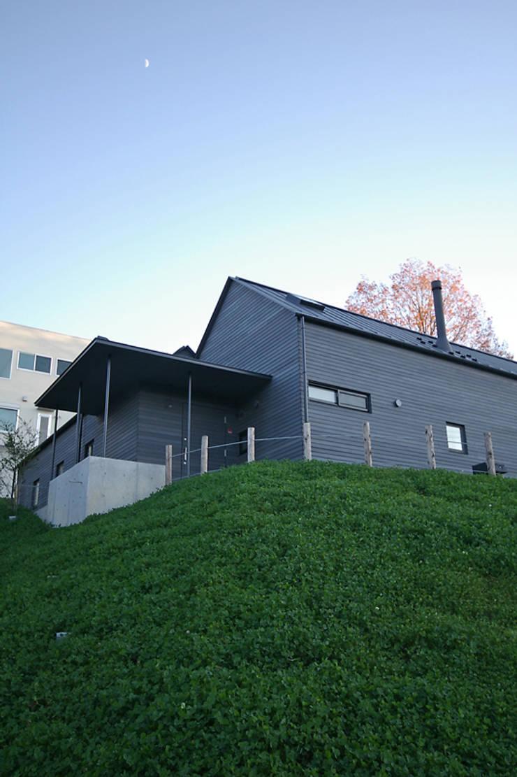 外観: 小林良孝建築事務所が手掛けた家です。,ラスティック 無垢材 多色
