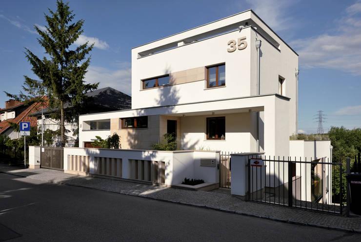 Elewacja frontowa domu po rozbudowie - ujęcie nr 1.: styl , w kategorii  zaprojektowany przez Architectus Pracownia Projektowa