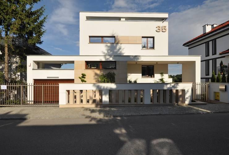 Elewacja frontowa domu po rozbudowie - ujęcie nr 2.: styl , w kategorii  zaprojektowany przez Architectus Pracownia Projektowa