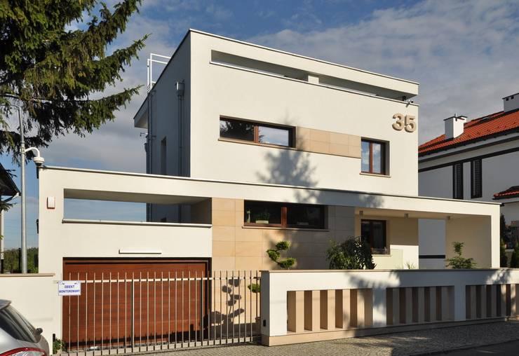 Elewacja frontowa domu po rozbudowie - ujęcie nr 3.: styl , w kategorii  zaprojektowany przez Architectus Pracownia Projektowa