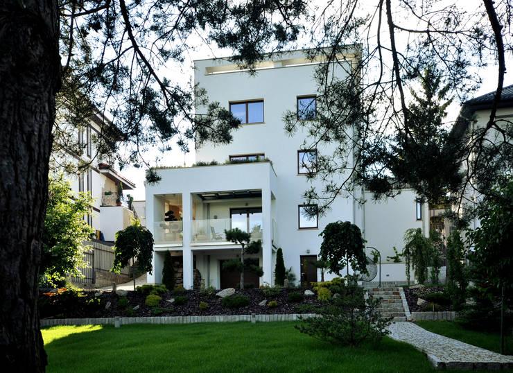 Elewacja ogrodowa domu po rozbudowie.: styl , w kategorii  zaprojektowany przez Architectus Pracownia Projektowa