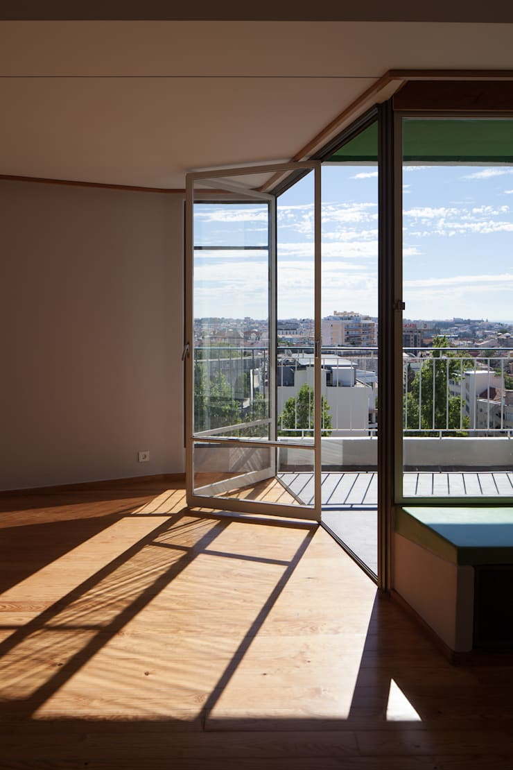 Restauro de apartamento no Bloco das Águas Livres, Lisboa: Salas de estar  por Alberto Caetano