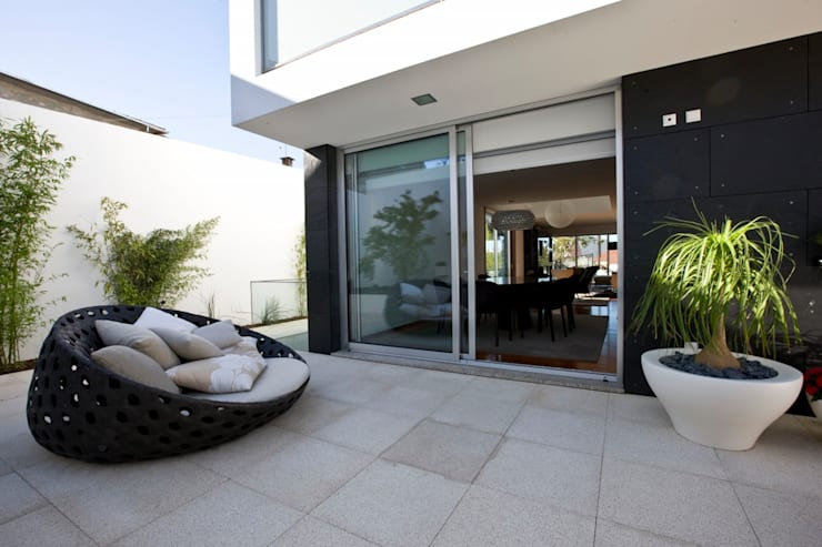 Casa A.F. | atelier d'arquitectura J. A. Lopes da Costa: Terraços  por Atelier Lopes da Costa