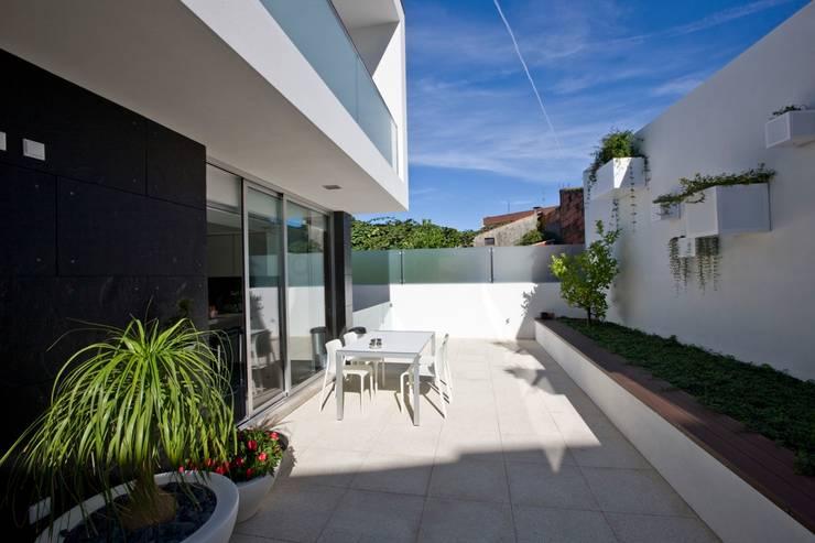 Casa A.F. | atelier d'arquitectura J. A. Lopes da Costa: Jardins  por Atelier Lopes da Costa