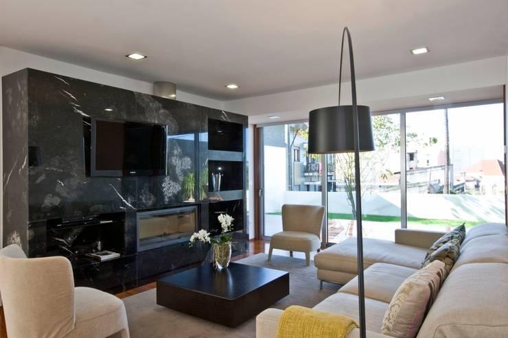 Casa A.F.   atelier d'arquitectura J. A. Lopes da Costa: Salas de estar modernas por Atelier Lopes da Costa