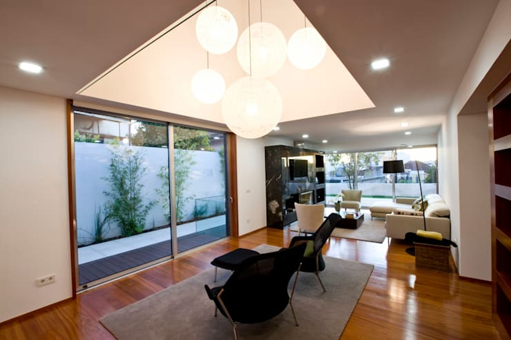 Casa A.F. | atelier d'arquitectura J. A. Lopes da Costa: Salas de estar  por Atelier Lopes da Costa