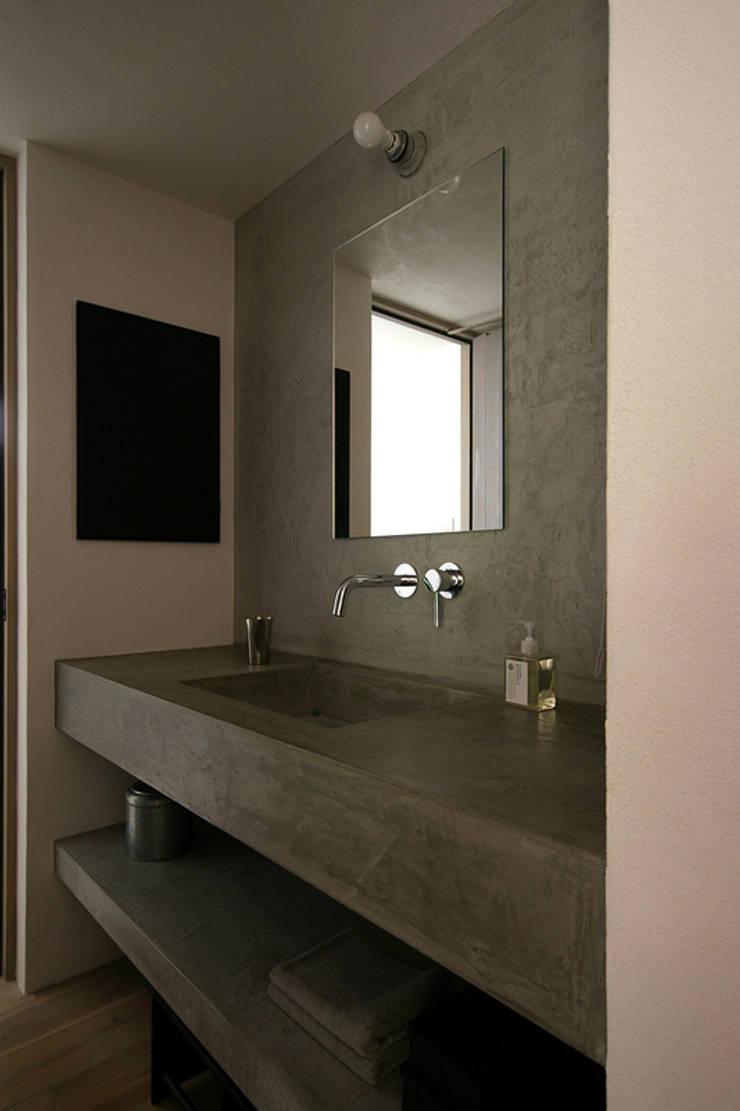 洗面所: 小林良孝建築事務所が手掛けた浴室です。,インダストリアル コンクリート