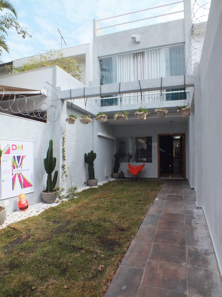 Entrada Residência Jardins - São Paulo - Brasil: Casas  por Arquitetura Ecológica
